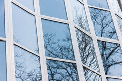 The glass facade of a tall building Royalty Free Stock Images
