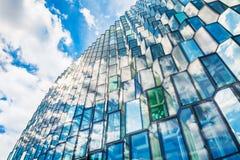 Glass fasad av den Harpa Concert korridoren i Reykjavik, Island royaltyfri bild