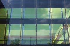 Glass fasad av en affärsbyggnad Arkivbilder