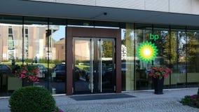 Glass fasad av en modern kontorsbyggnad med BP logoen Redaktörs- tolkning 3D Arkivbilder