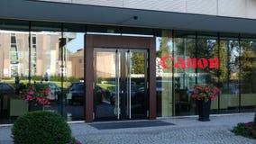 Glass fasad av en modern kontorsbyggnad med Canon Inc logo Redaktörs- tolkning 3D Royaltyfri Bild