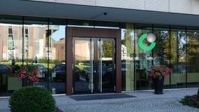 Glass fasad av en modern kontorsbyggnad med China Life försäkringsbolaglogo Redaktörs- tolkning 3D Arkivbild