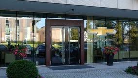 Glass fasad av en modern kontorsbyggnad med den Chevrolet logoen Redaktörs- tolkning 3D Royaltyfria Bilder