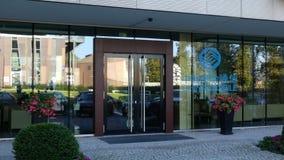 Glass fasad av en modern kontorsbyggnad med den China Mobile logoen Redaktörs- tolkning 3D Arkivbild