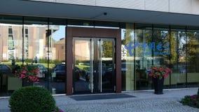 Glass fasad av en modern kontorsbyggnad med den China Telecom logoen Redaktörs- tolkning 3D Royaltyfri Bild