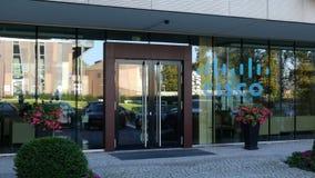 Glass fasad av en modern kontorsbyggnad med den Cisco Systems logoen Redaktörs- tolkning 3D Fotografering för Bildbyråer