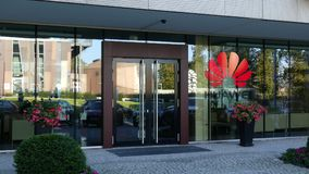 Glass fasad av en modern kontorsbyggnad med den Huawei logoen Redaktörs- tolkning 3D Royaltyfri Fotografi