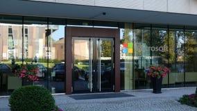 Glass fasad av en modern kontorsbyggnad med den Microsoft logoen Redaktörs- tolkning 3D Royaltyfri Bild