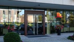 Glass fasad av en modern kontorsbyggnad med den PricewaterhouseCoopers PwC logoen Redaktörs- tolkning 3D Royaltyfria Foton