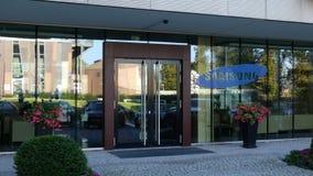 Glass fasad av en modern kontorsbyggnad med den Samsung logoen Redaktörs- tolkning 3D Arkivfoton