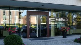 Glass fasad av en modern kontorsbyggnad med den SoftBank logoen Redaktörs- tolkning 3D Fotografering för Bildbyråer