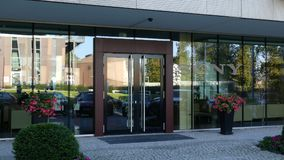 Glass fasad av en modern kontorsbyggnad med den Sony Corporation logoen Redaktörs- tolkning 3D Arkivfoton