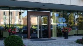 Glass fasad av en modern kontorsbyggnad med den Tata Group logoen Redaktörs- tolkning 3D Arkivbilder