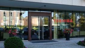 Glass fasad av en modern kontorsbyggnad med den Toshiba Corporation logoen Redaktörs- tolkning 3D Arkivfoto