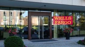 Glass fasad av en modern kontorsbyggnad med den Wells Fargo logoen Redaktörs- tolkning 3D Royaltyfri Foto