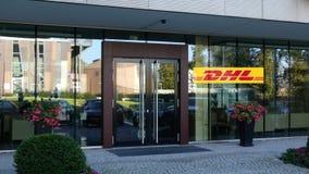 Glass fasad av en modern kontorsbyggnad med DHL den uttryckliga logoen Redaktörs- tolkning 3D Royaltyfria Foton