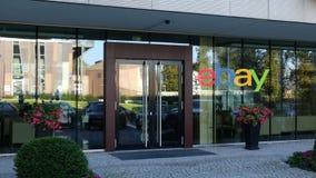 Glass fasad av en modern kontorsbyggnad med eBay Inc logo Redaktörs- tolkning 3D Arkivfoto