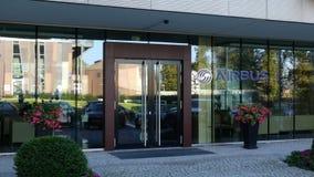 Glass fasad av en modern kontorsbyggnad med flygbusslogo Redaktörs- tolkning 3D Royaltyfria Bilder