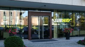 Glass fasad av en modern kontorsbyggnad med gångtunnellogo Redaktörs- tolkning 3D Royaltyfri Foto