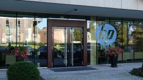 Glass fasad av en modern kontorsbyggnad med HP Inc logo Redaktörs- tolkning 3D Fotografering för Bildbyråer