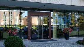Glass fasad av en modern kontorsbyggnad med IBM logoen Redaktörs- tolkning 3D Royaltyfria Bilder