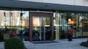 Glass fasad av en modern kontorsbyggnad med ING-grupplogo Redaktörs- tolkning 3D Arkivbild
