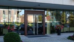 Glass fasad av en modern kontorsbyggnad med logo för Kina köpmanbank Redaktörs- tolkning 3D Royaltyfria Bilder
