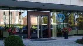 Glass fasad av en modern kontorsbyggnad med logo för NTT för Nippon telegraf- och telefonkorporation Ledare 3D Royaltyfria Foton