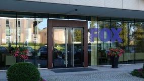 Glass fasad av en modern kontorsbyggnad med logo för rävradioutsändningföretag Redaktörs- tolkning 3D Arkivfoto