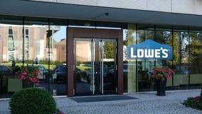 Glass fasad av en modern kontorsbyggnad med Lowe `` s-logo Redaktörs- tolkning 3D Royaltyfri Foto