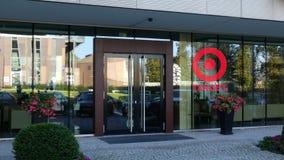 Glass fasad av en modern kontorsbyggnad med målkorporationslogo Redaktörs- tolkning 3D Arkivbild
