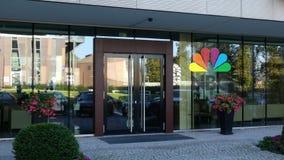 Glass fasad av en modern kontorsbyggnad med Medborgare Radioutsändning Företag NBC-logo Redaktörs- tolkning 3D Arkivfoto