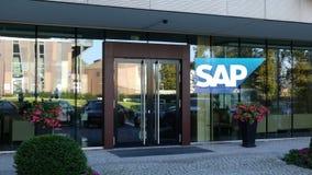 Glass fasad av en modern kontorsbyggnad med SAP SE-logo Redaktörs- tolkning 3D Arkivbild