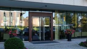 Glass fasad av en modern kontorsbyggnad med UnitedHealth grupplogo Redaktörs- tolkning 3D Arkivfoton