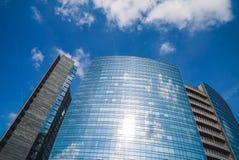 Glass fasad av moderna byggnader och moln fotografering för bildbyråer