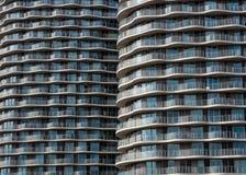 Glass fasad för modern hyreshus med linjer av balkonger Royaltyfri Bild