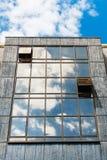 Glass fasad med molnreflexioner Arkivbilder