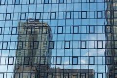 Glass fasad med reflexioner Arkivbilder