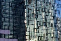 Glass fasad med reflexioner Royaltyfri Bild