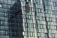 Glass fasad med reflexioner Royaltyfri Fotografi