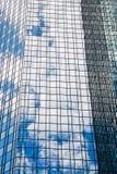 Glass fasad med reflexioner Fotografering för Bildbyråer