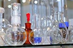 Glass flaskor och kulor i olika former och format Arkivbilder