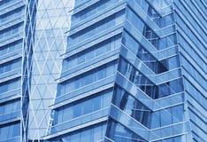 Glass framdel av en modern kontorsbyggnad Arkivbilder