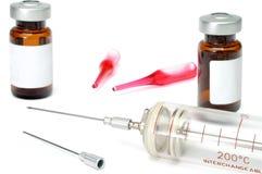 glass gammal injektionsspruta Arkivfoto