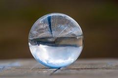 Glass genomskinlig crystal glass boll på mörker - gräsplan Arkivfoto