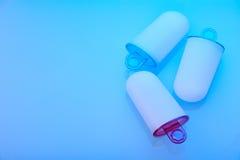 Glass gjuter att ligga på ljus - blå yttersida, vänstersidautrymme för text Royaltyfria Foton