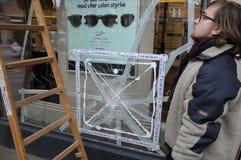 GLASS GLASS FÖNSTER FÖR ARBETARE REPARING Royaltyfria Foton