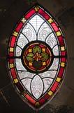 glass gotiskt nedfläckadt fönster arkivfoto