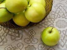 glass grön vase för äpplen Royaltyfria Foton