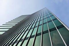 glass grönt kontorstorn Arkivfoton